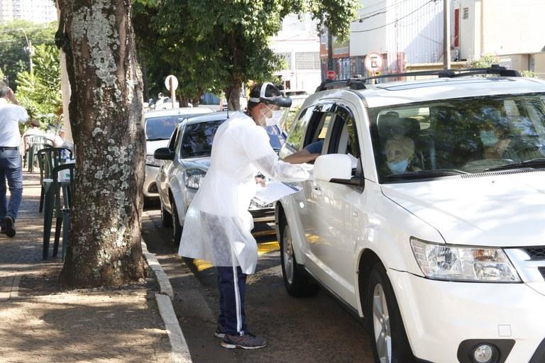 Araraquara inicia vacinação de idosos acima de 83 anos na segunda (1) no drive-thru do SESC